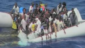 イタリアでの難民_84835616_boat1